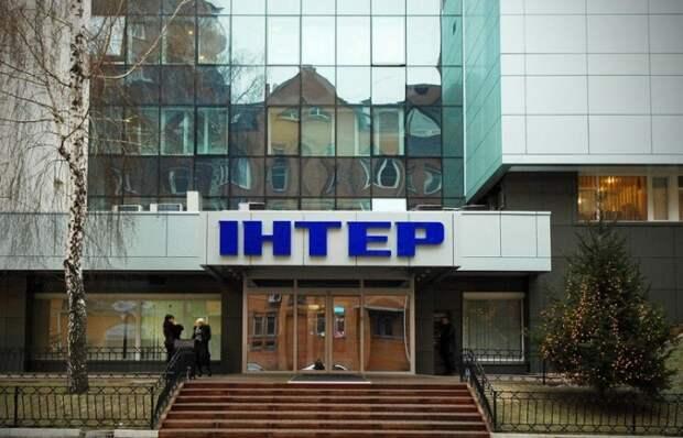 "Офис украинского телеканала ""Интер"" забросали камнями"