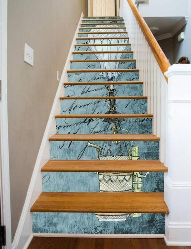 Лестницы в доме, с рисунками на них