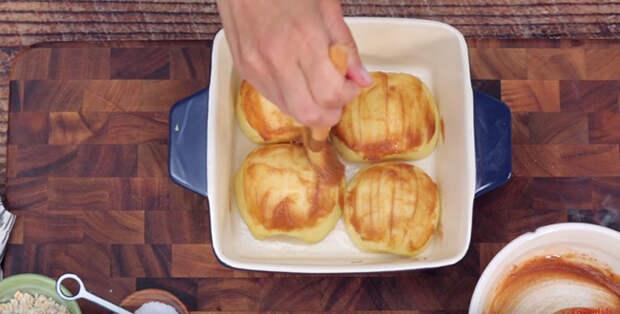 Запеченные яблоки с корицей и овсяными хлопьями - отличный десерт на скорую руку