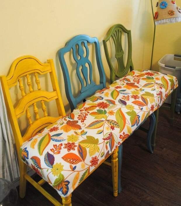 Скамья из старых стульев