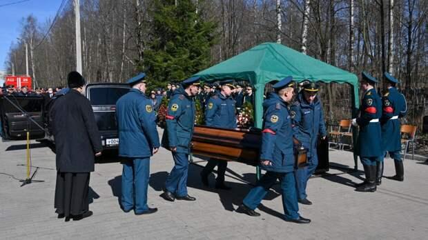 Десятки человек простились с погибшим при тушении Невской мануфактуры пожарным