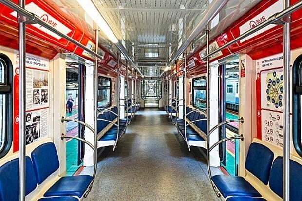 Поездов со сквозным проходом всего лишь два, и оба юбилейные: в честь 70‑летия Победы и 80‑летия метро.