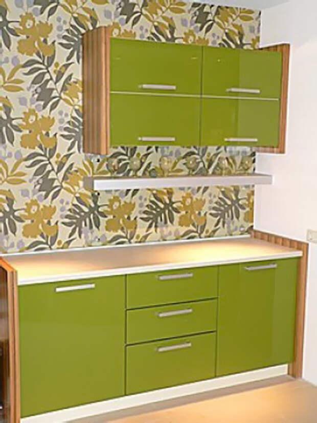 Вариант оформления кухонной стены обоями в оливковых тонах