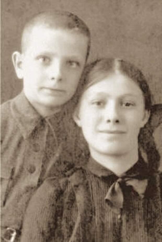 Дети Л. И. Брежнева — Галина и Юрий, 1942 год