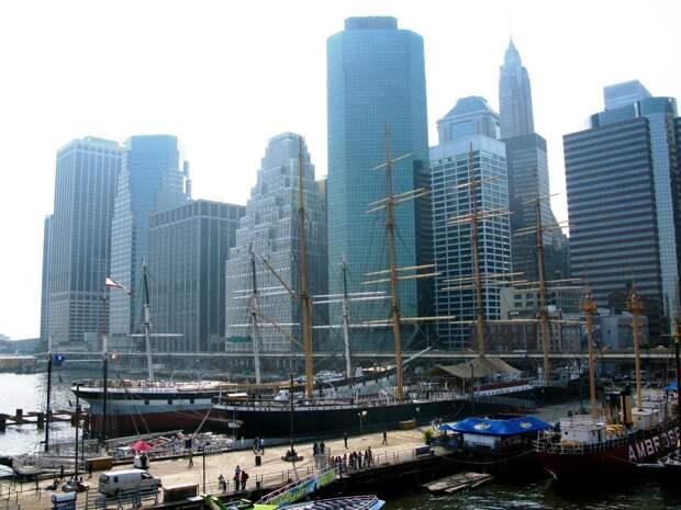 22 место. Южная улица морского порта в Нью-Йорке. Мощёные улицы, здания и набережная, которые в ХIХ веке сформировали этот портовый район Нью-Йорка, называемый «улицей парусов», теперь стал одной из самых популярных достопримечательностей города. Ежегодно этот туристический центр посещают 12 миллионов человек.