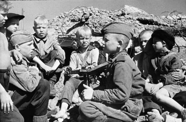 Сын полка встречается со своими сверстниками-детьми после освобождения города Кондапога