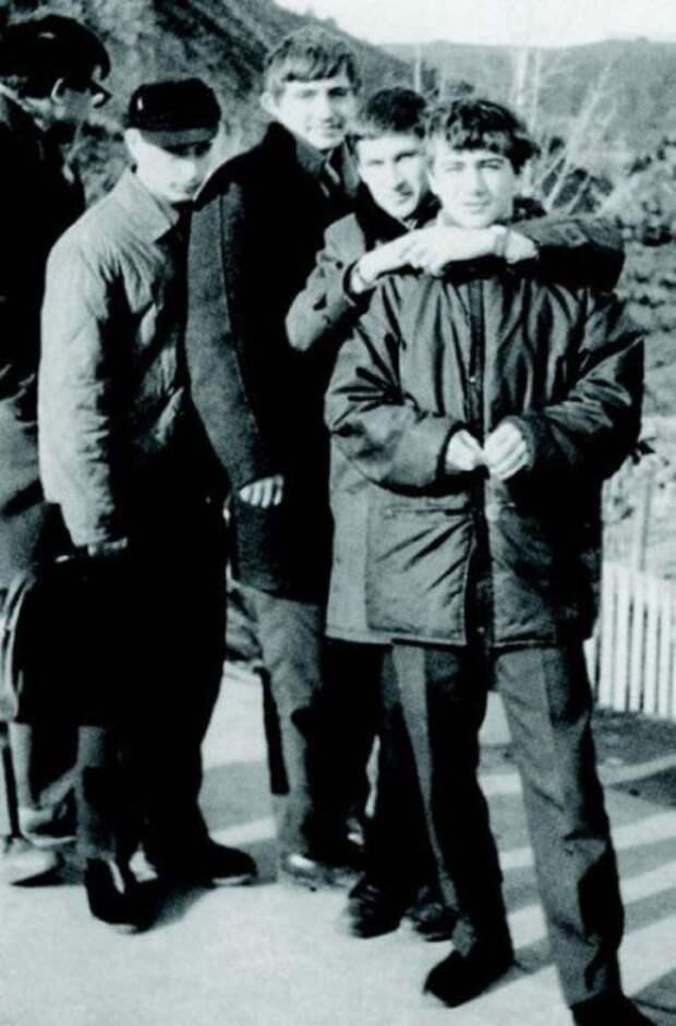 1969 год. На соревнованиях по дзюдо в Тбилиси. Владимир Путин — второй слева