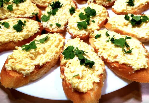 Мешаем яйца с чесноком и перцем: намазка заменяет сразу сыр и масло