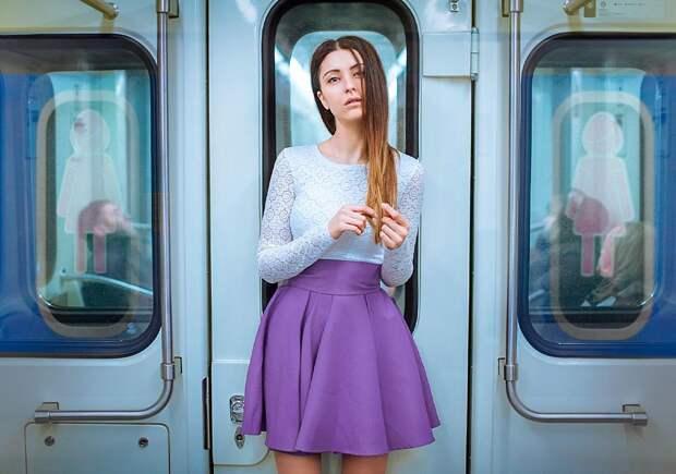 Коронавирусный мэнспрединг. В Казани мужчин обвинили в распространении COVID в метро. Феминистки требуют отдельные вагоны для женщин