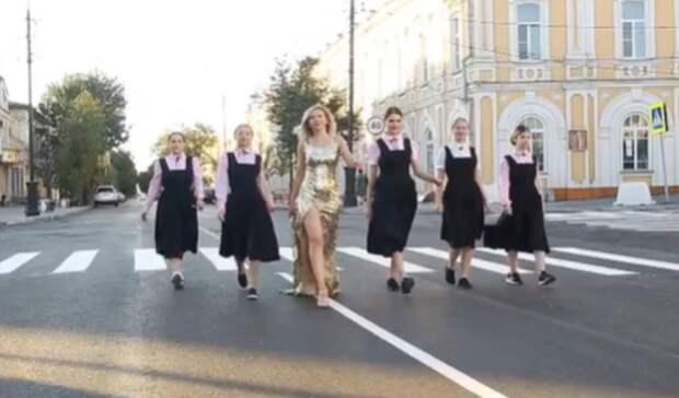 ВТаганроге вчесть асфальтирования Петровской сняли клип станцующими девушками