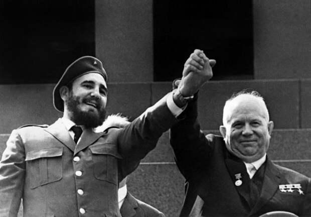 Фидель Кастро и Никита Хрущёв в Москве на Красной площади, 1963 год