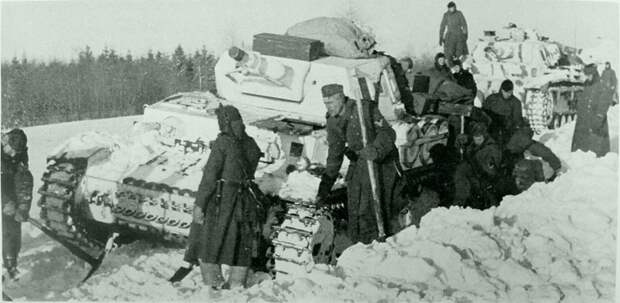 Солдаты немецкой 5-й танковой дивизии расчищают от снега дорогу для танков Pz.Kpfw.IV Ausf.F во время битвы под Москвой. Великая Отечественная война, Советский народ, история
