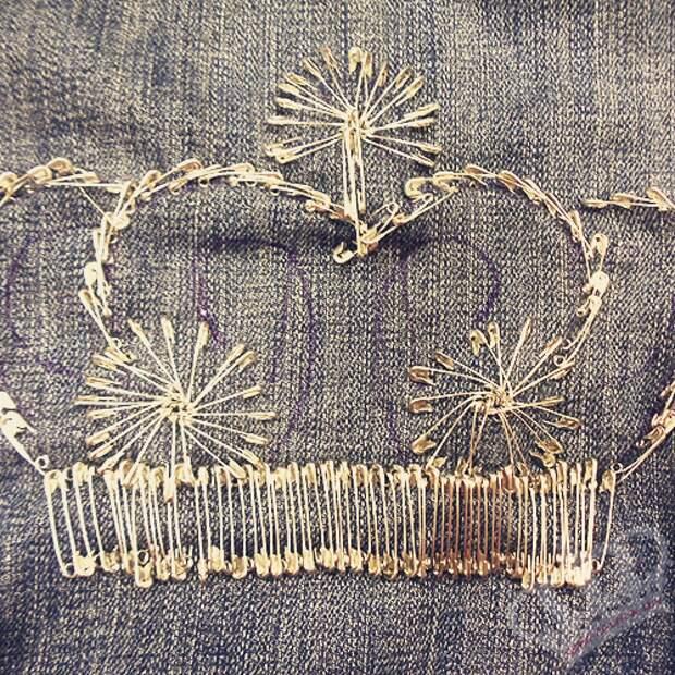 мастер-класс переделки этой джинсовки, но результат, на мой скромный взгляд, ужасен. А вот корона из английских булавок мне понравилась!