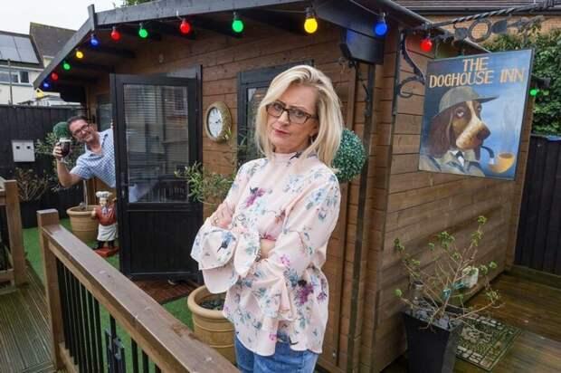 Англичанка построила бар для мужа на заднем дворе