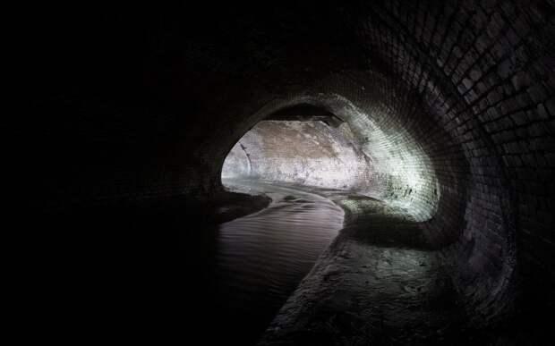 Щекотовский туннель В 1910-1914 гг. по проекту инженера М. Щекотова был выстроен участок коллектора Неглинки, находящийся под Театральной площадью. Этот туннель, протяженностью ровно 117 метров, проходит рядом с гостиницей «Метрополь» и Малым театром. Сейчас он называется в честь его создателя - «Щекотовский туннель» и здесь обычно проводят нелегальные экскурсии по Неглинке.