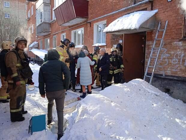 Трех взрослых и ребенка спасли из загоревшегося дома в Глазове