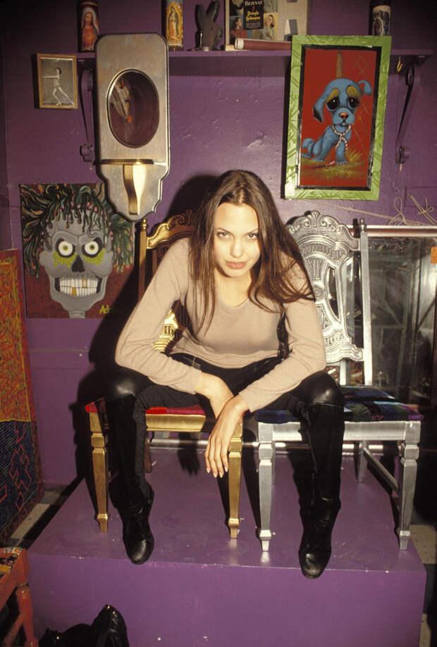 Анджелина Джоли (Angelina Jolie) в фотосессии Мишеля Буркара (Michel Bourquard) (1994), фото 19
