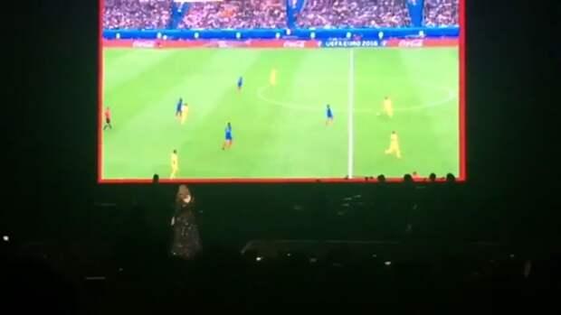 Адель во время своего концерта включила трансляцию матча Франция-Румыния