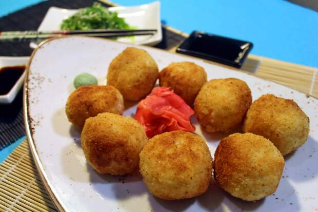 Рисовые шарики с креветками в кляре. Рецепт на тему японской кухни