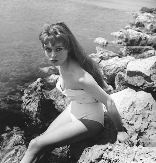 Молодая Брижит Бардо дебютировала в купальном костюме во время 6-го Международного Каннского кинофестиваля в Каннах, Франция, 1 апреля 1953 года.