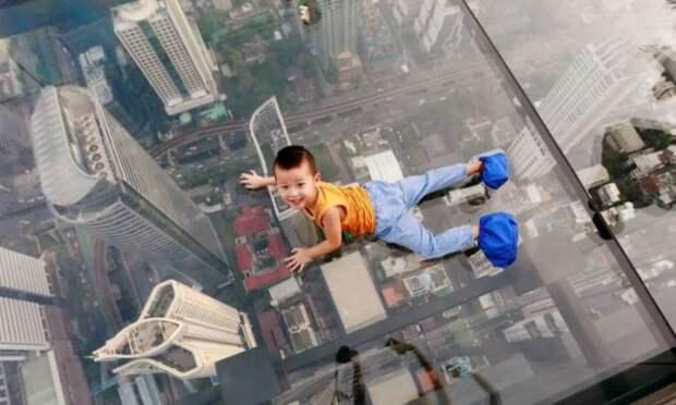 Малыш на огромной высоте