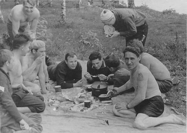 Первые Советские космонавты на пикнике в Долгопрудном.