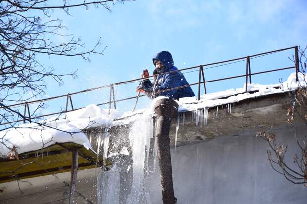 В Симферополе 7 машин сбивают сосульки с крыш домов