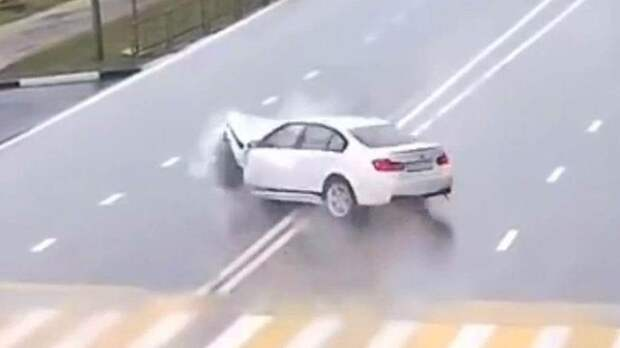По всему миру автомобили врезаются в невидимые преграды
