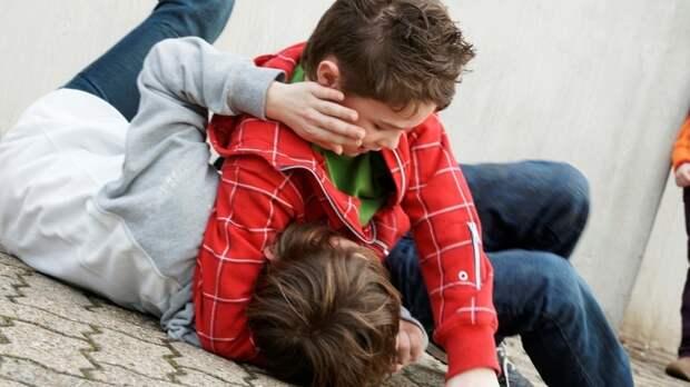 Психолог рассказала, как реагировать на угрозы ребенку от сверстников в школе