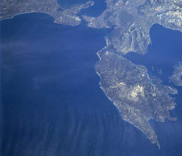 Здесь разворачивались события 26–27 сентября 1538 года. Артский залив, Превеза и остров Левкас (Санта-Маура в 1538 году). Фрагмент снимка NASA STS066–101–039. Наблюдатель смотрит на северо-восток. Вход в Артский залив сверху в центре, мыс Дукато у нижнего обреза снимка - Превеза: наступление, «обращённое в ничто» | Warspot.ru