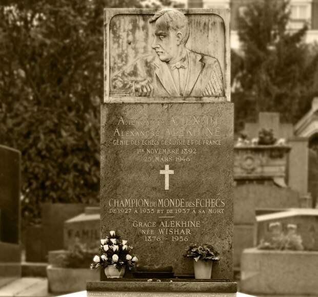 Надгробный памятник на могиле Алехина на парижском кладбище Монпарнас. Работа его друга шахматиста Абрама Бараца. На надгробии указана ошибочная дата рождения 1 ноября. Фото: © wikipedia.org