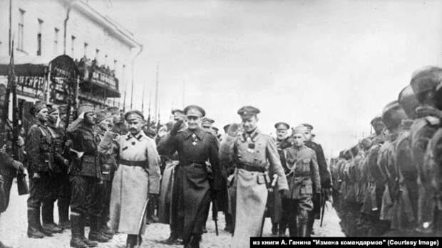 Адмирал А. В. Колчак с генералами Б. П. Богословским и Р. Гайдой на смотре Сербского отряда воеводы В. Воскара в Екатеринбурге. 8 мая 1919 г.