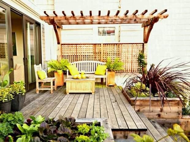 Кашпо, встроенные в деревянное крыльцо, произведут неизгладимое впечатление на гостей.