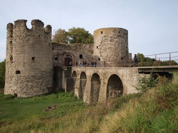 Советую заехать в соседнее село Копорье и посмотреть на настоящую шведскую крепость со рвом и арочным мостом. Внутри находится военно-исторический музей, но пока он закрыт до окончания противоаварийных работ. В кассе рядом с крепостью можно заказать экскурсию вокруг достопримечательности