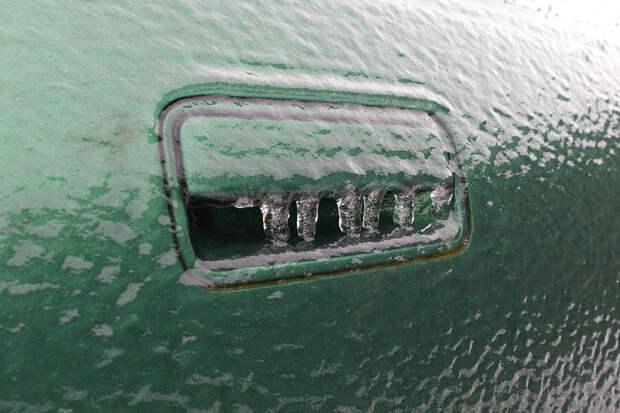 Эксперт назвал способы открыть примёрзшую дверь автомобиля