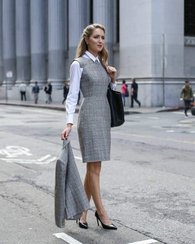 Деловой образ с рубашкой и сарафаном. /Фото: i.pinimg.com