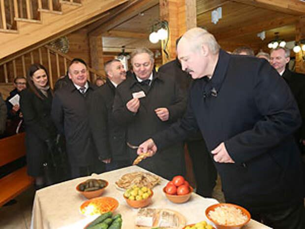 """Александр Лукашенко во время посещения оздоровительного центра """"Сосновая""""."""