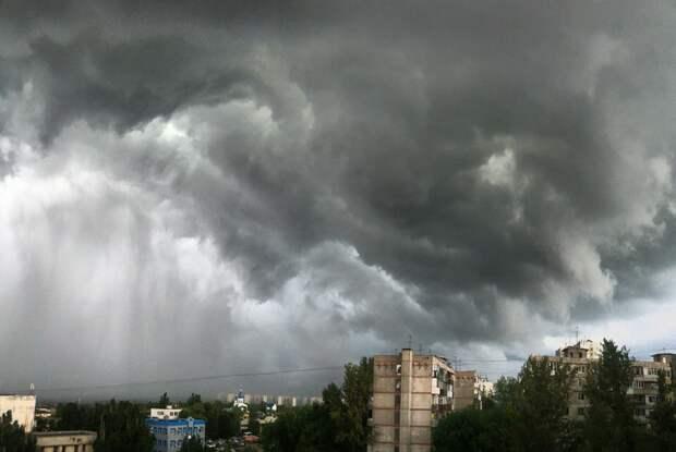 На Ростовскую область надвигаются грозы, сильный ветер и град