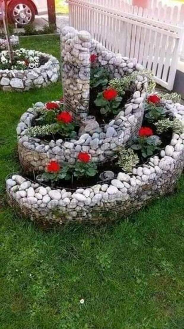 Красивая спираль из камней и проволоки. /Фото: dorar.at