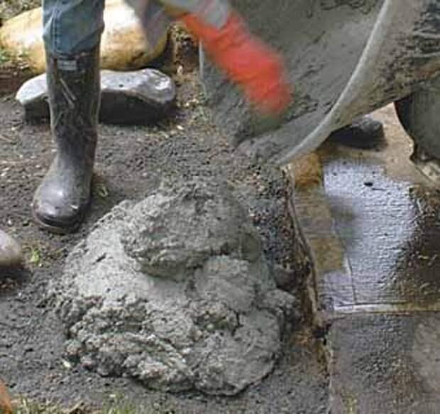 для садовой дорожки делаем подушку из цементного раствора