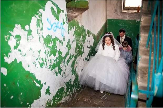 10 снимков шикарно украшенных «свадебных» подъездов