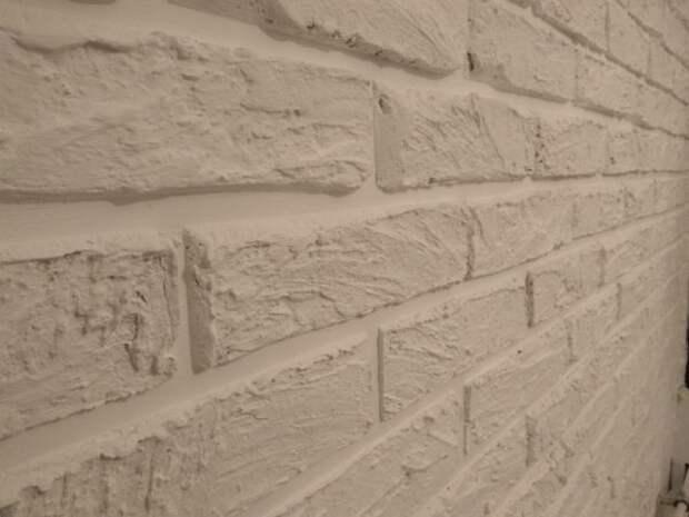 Как сделать в коридоре стену под кирпич самостоятельно