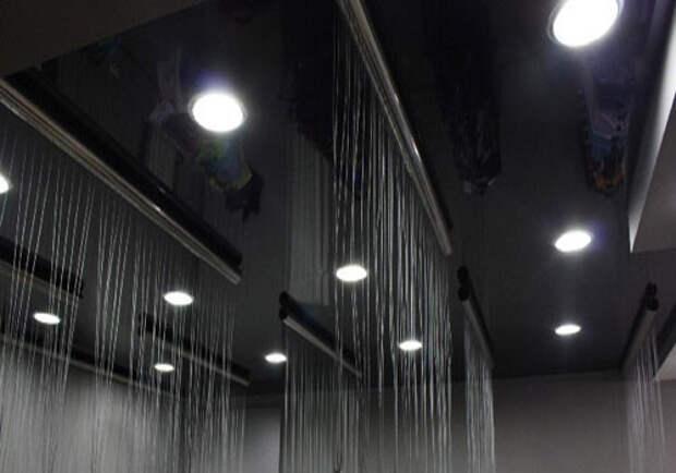Черный глянцевый натяжной потолок: фото №3