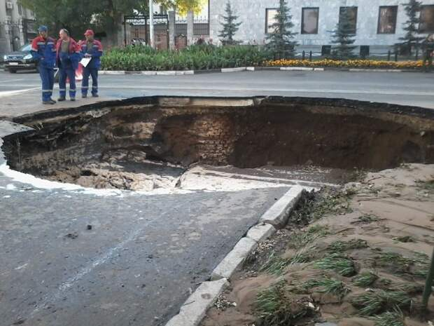 Самара, центр города. Если не знать, что это рисунок, можно подумать будто и вправду прямо перед зданием губернской думы разверзлась земля. 3д рисунки, дороги, приколы