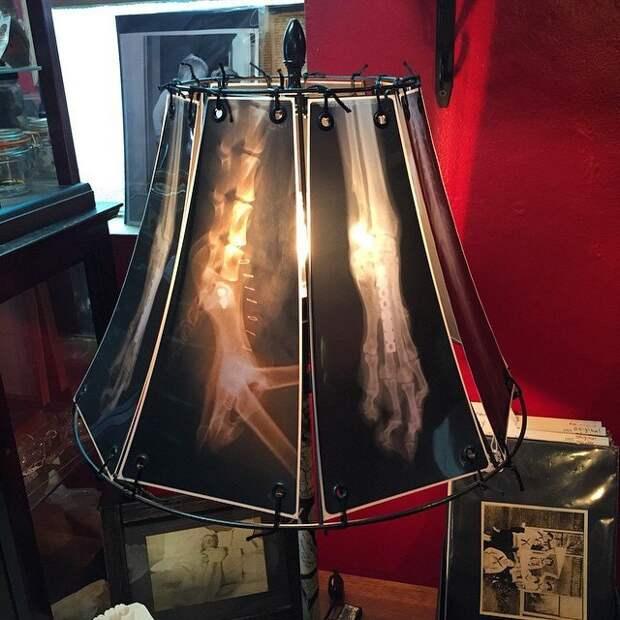 Суровая настольная лампа