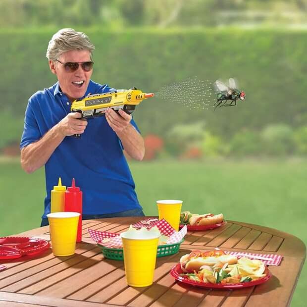 1. Пистолет для убийства насекомых. Стреляет микропорциями раствора обычной соли, безвредного для человека. вещи, лето