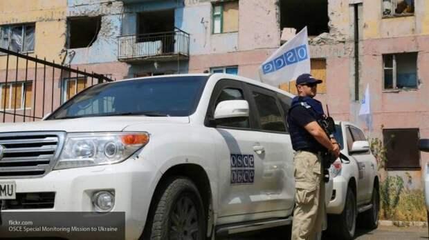 «Мы ничего не видели»: стоящая у разрушенного дома ОБСЕ отказалась фиксировать обстрел ВСУ