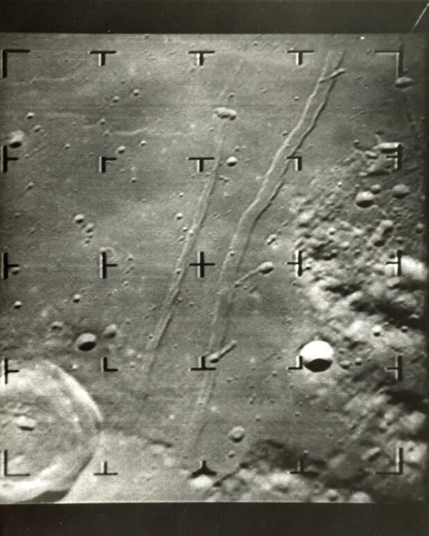 1965, февраль. Станция Рейнджер-8 запущена 17 февраля 1965 года. В общей сложности аппарат имел 6 телевизионных камер. Целью полёта Рейнджера-8 было передача чётких фотографий лунной поверхности в последние минуты полёта перед жёсткой посадкой. На снимке изображение Моря Спокойствия