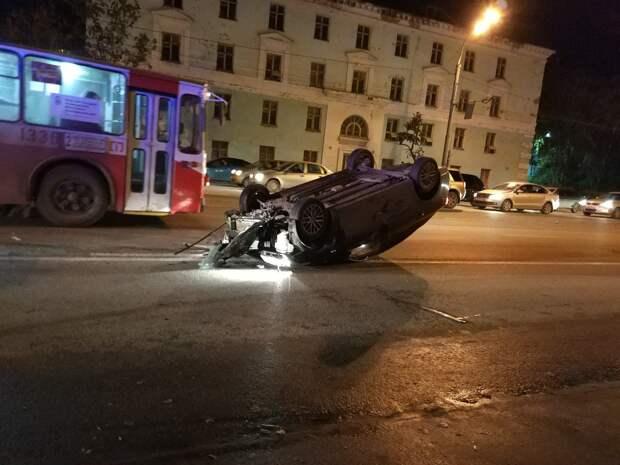 Юный водитель в Ижевске сбил пешехода, светофор и повредил два авто
