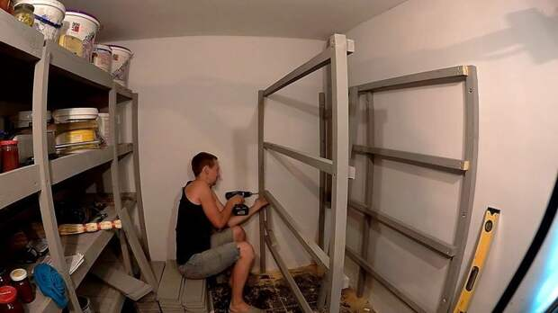 Наш подвал имеет размеры 2*3 м. и нам хотелось использовать его по максимуму, поэтому стеллажи изготавливаем по всему доступному периметру. мастер-класс, полки, простой стеллаж, своими руками, стеллажи